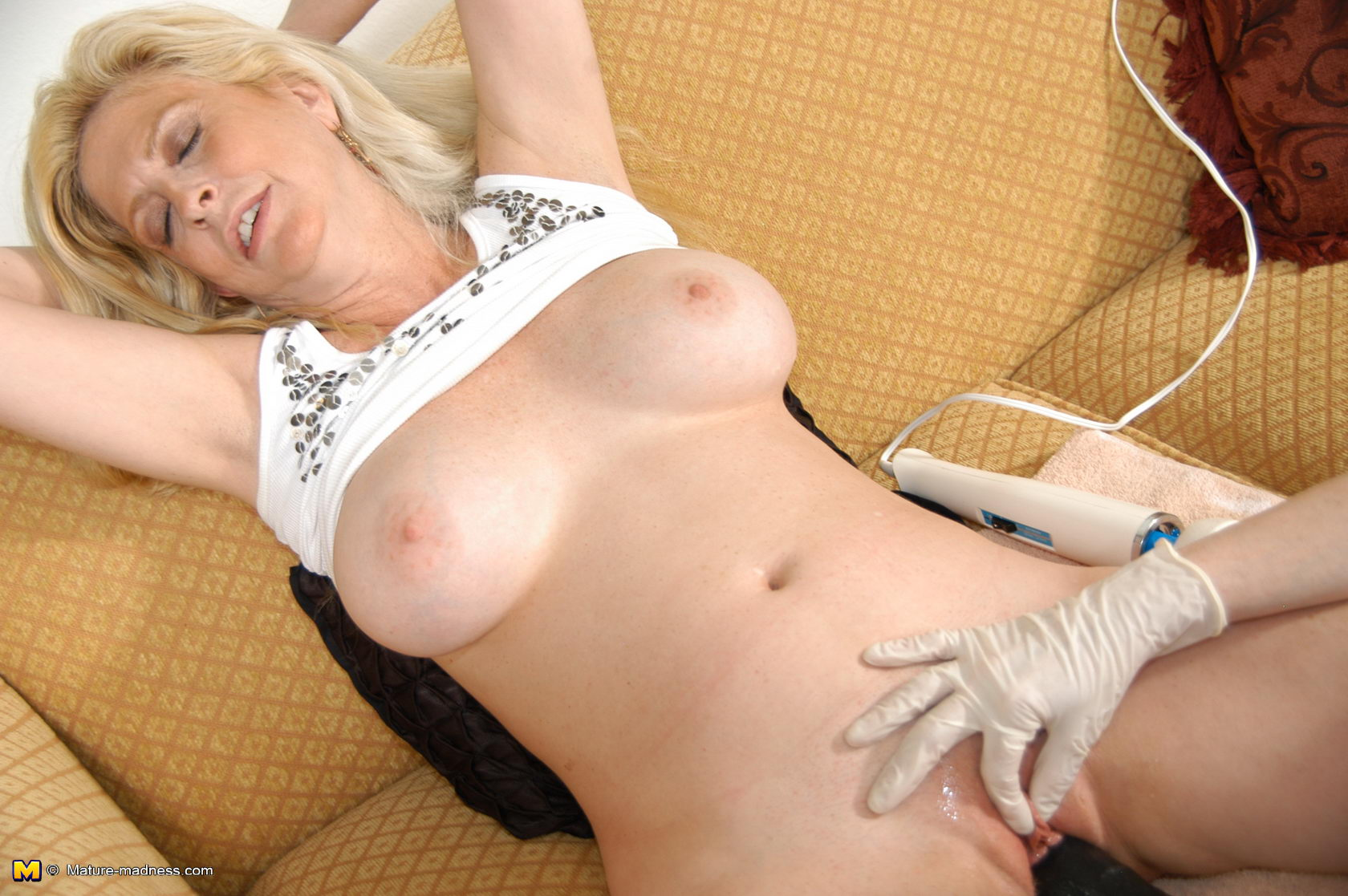 This hot mommy loves to get fisted